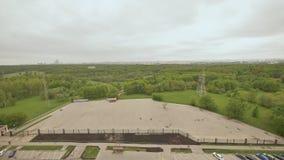 Vista del macizo verde de la altura del edificio en las cercanías de Moscú Movimiento de la ciudad pueda Primavera almacen de metraje de vídeo