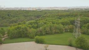 Vista del macizo verde de la altura del edificio en las cercanías de Moscú pueda Primavera almacen de video