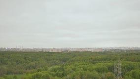 Vista del macizo verde de la altura del edificio en las cercanías de Moscú pueda Primavera almacen de metraje de vídeo
