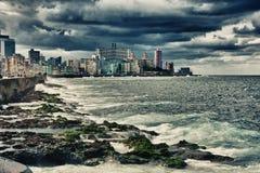 Vista del malecon e dell'orizzonte di Avana con le nuvole di tempesta drammatiche Fotografia Stock Libera da Diritti