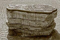 Vista del mapa de bronce viejo simbólico colocado en una intersección de la calle Imagen de archivo