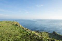 Vista del mar azul cerca del alambre de púas Imagen de archivo