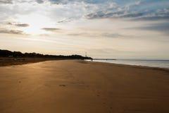 Vista del mar de la orilla imagenes de archivo