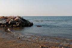 Vista del mar de la orilla fotos de archivo