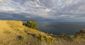 Vista del mar desde arriba de las montañas costeras fotos de archivo