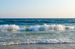 Vista del mar La onda golpea la playa arenosa chipre imagen de archivo