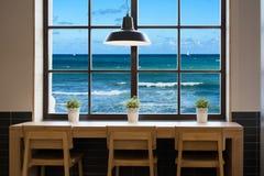 Vista del mar Mediterráneo a través de una ventana del café Fotos de archivo libres de regalías