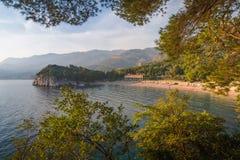 Vista del mar Mediterráneo y del hotel de lujo cerca de la playa Parque de Milocer montenegro Imagen de archivo libre de regalías