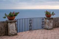 Vista del mar Mediterraneo dal terrazzo dell'infinito ai giardini della villa Cimbrone, Ravello, Italia immagine stock