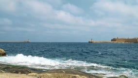 Vista del mar Mediterraneo, del Ricasoli forte e dell'isola di Malta dalla costa di La Valletta video d archivio
