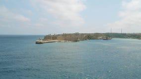Vista del mar Mediterraneo, del Ricasoli forte e dell'isola di Malta dalla costa di La Valletta archivi video