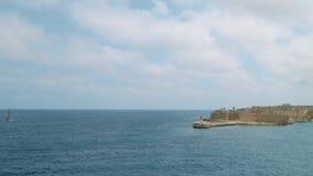 Vista del mar Mediterraneo, del Ricasoli forte e dell'isola di Malta dalla costa di La Valletta stock footage