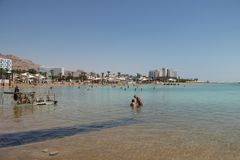 Vista del mar muerto, del agua clara azul y de la sal blanca imagen de archivo libre de regalías