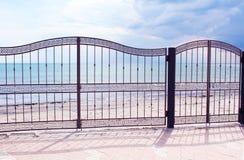 Vista del Mar Negro a través de la cerca del metal Fotos de archivo libres de regalías