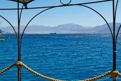 Vista del Mar Rosso dalla scogliera del delfino fotografia stock libera da diritti