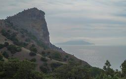 Vista del mar y de las montañas Imagen de archivo libre de regalías