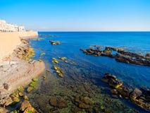 Vista del mar y un fragmento de las paredes de la defensiva de Alghero cerdeña Imagenes de archivo