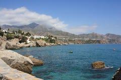 Vista del mare & della montagna (Nerja, Spagna) Fotografie Stock Libere da Diritti