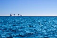 Vista del mare aperto il giorno di estate soleggiato longly da spedire Fotografia Stock Libera da Diritti