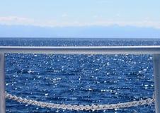 Vista del mare attraverso l'inferriata sulla crociera immagine stock libera da diritti