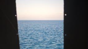 Vista del mare attraverso la finestra archivi video