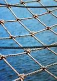 Vista del mare attraverso la rete   fotografie stock libere da diritti