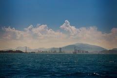 vista del mare azzurrato delle isole collinose contro i cumuli del cielo blu Fotografia Stock Libera da Diritti