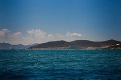 vista del mare azzurrato delle isole collinose contro i cumuli del cielo blu Fotografie Stock