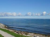 Vista del mare con cielo blu e rocce Fotografia Stock
