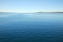 Vista del mare con il landside Fotografie Stock Libere da Diritti