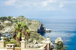 Vista del mare con l'isola famosa Isola Bella da Taormina, Sicilia, Italia immagini stock