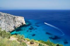 Vista del mare con la barca d'accelerazione Fotografie Stock Libere da Diritti