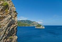 Vista del mare con la scogliera a priorità alta Fotografia Stock Libera da Diritti