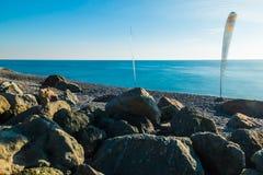 Vista del mare con la vela per fare windsurf sulla spiaggia Fotografia Stock