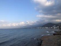 Vista del mare con le nuvole nell'ora legale fotografia stock