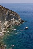 Vista del mare con le rocce e la barca immagini stock libere da diritti