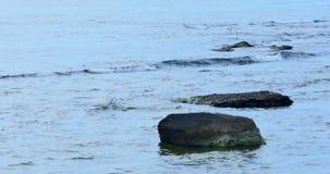 Vista del mare con le rocce e poche onde video d archivio