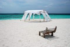 Vista del mare con una tenda di cerimonia nuziale Immagini Stock