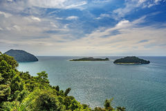 Vista del mare da sopra con l'isola Immagini Stock