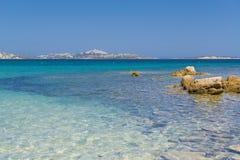 Vista del mare da una spiaggia vicino a Palau Sardegna, Italia immagine stock