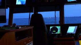 Vista del mare dal ponte di oscillazione della nave Sera dopo il tramonto stock footage
