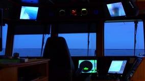 Vista del mare dal ponte di oscillazione della nave Sera dopo il tramonto video d archivio