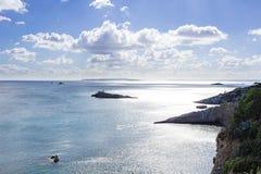 Vista del mare dall'isola di Ibizza dalla cima alle acque costiere Fotografia Stock Libera da Diritti