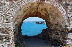Vista del mare dalla finestra antica Fotografia Stock Libera da Diritti