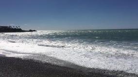 Vista del mare dalla spiaggia del Cipro Pafo con il cielo soleggiato il mar Mediterraneo con le piccole onde Spiaggia di estate C archivi video