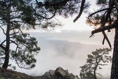 Vista del mare dalle montagne con le nuvole Fotografie Stock Libere da Diritti