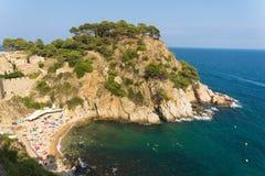 Vista del mare dalle montagne a Sala ed alla spiaggia alla fortezza a Tossa de Mar, Spagna fotografia stock libera da diritti