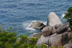 Vista del mare, dell'onda, delle rocce e degli alberi, del sud della Tailandia Fotografie Stock