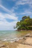 Vista del mare della spiaggia di Susan Hoi (Shell Beach Cemetery fossile) in Krabi T Immagini Stock Libere da Diritti