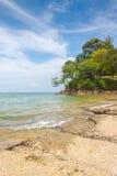 Vista del mare della spiaggia di Susan Hoi (Shell Beach Cemetery fossile) in Krabi T Fotografia Stock